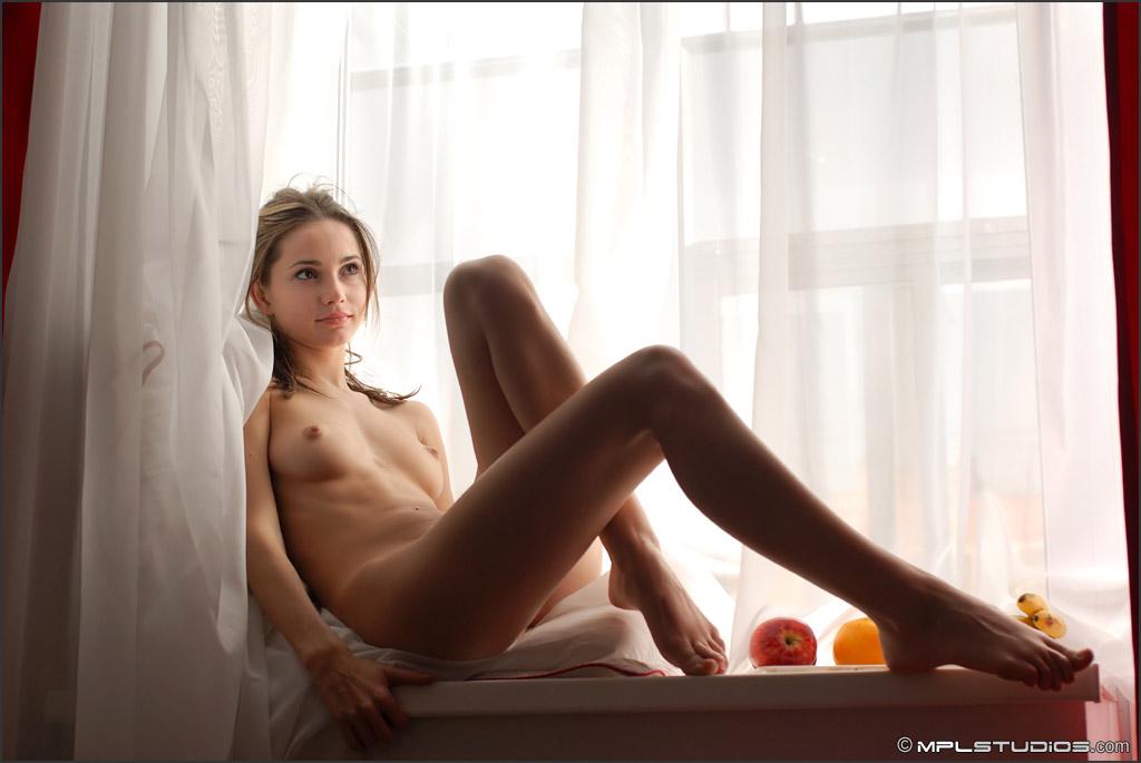 фото девушек сидящих у окна эротика