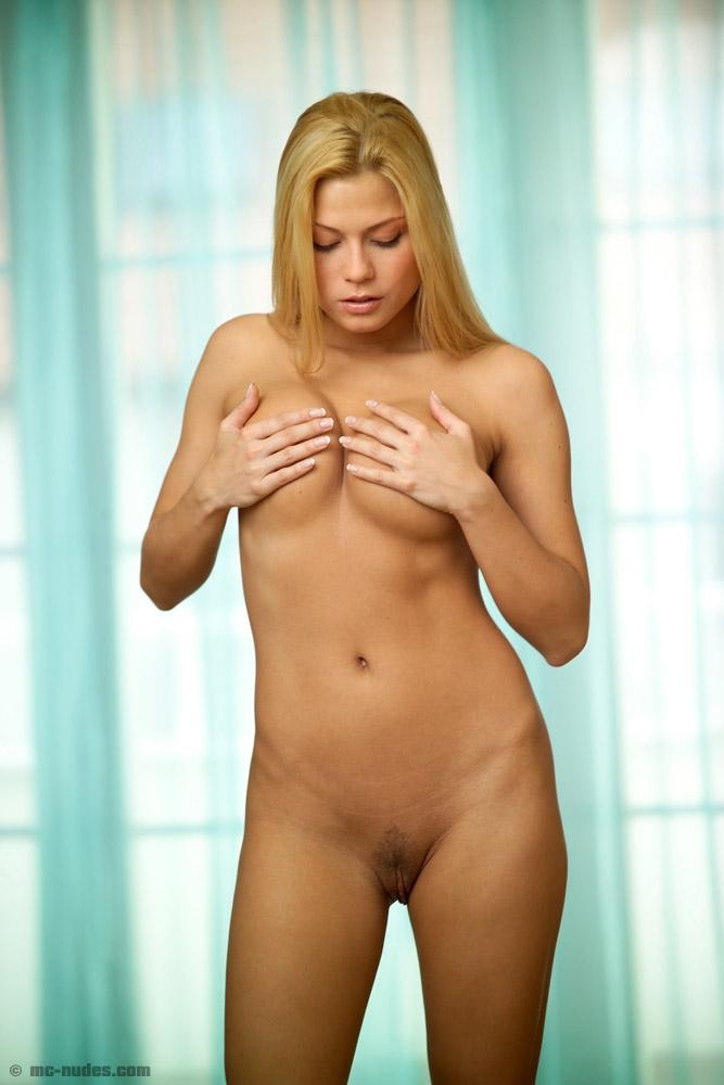 фото голые девки стоя