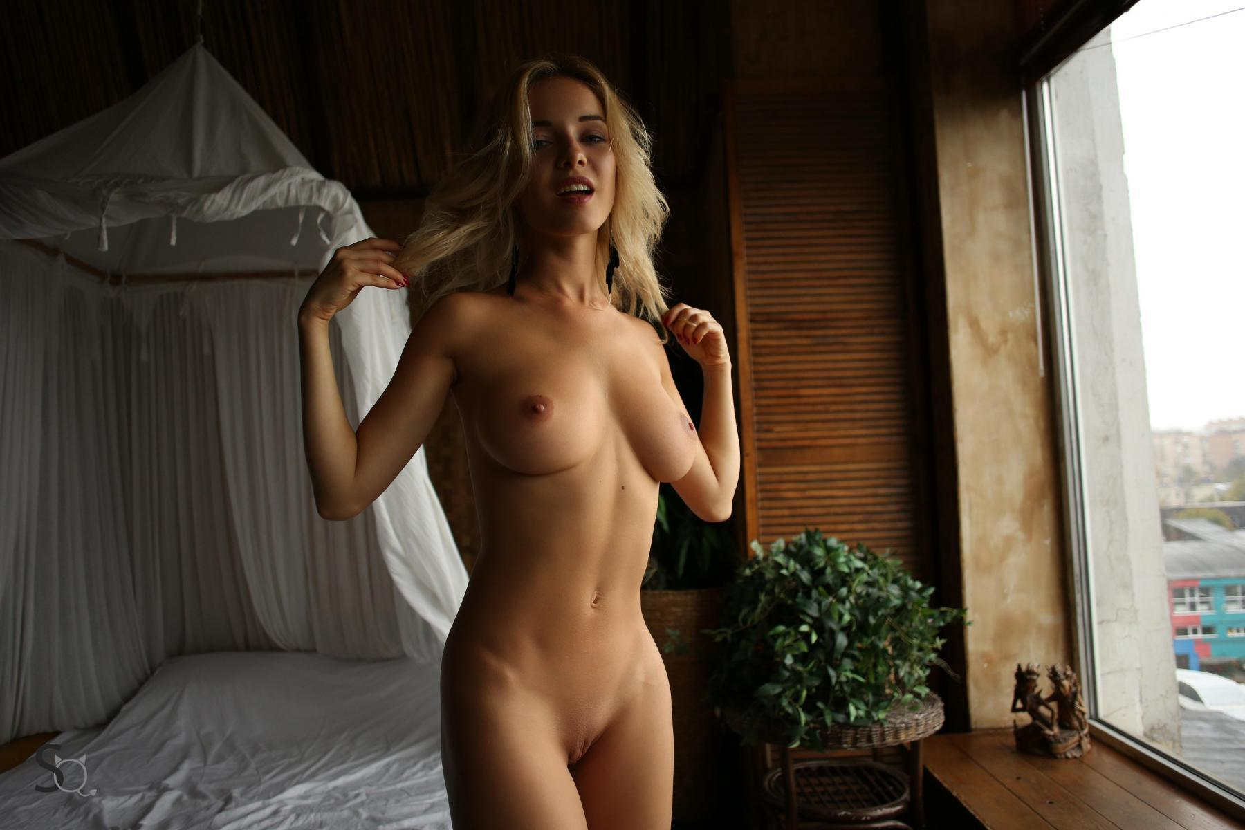nude sexy women with ponytails
