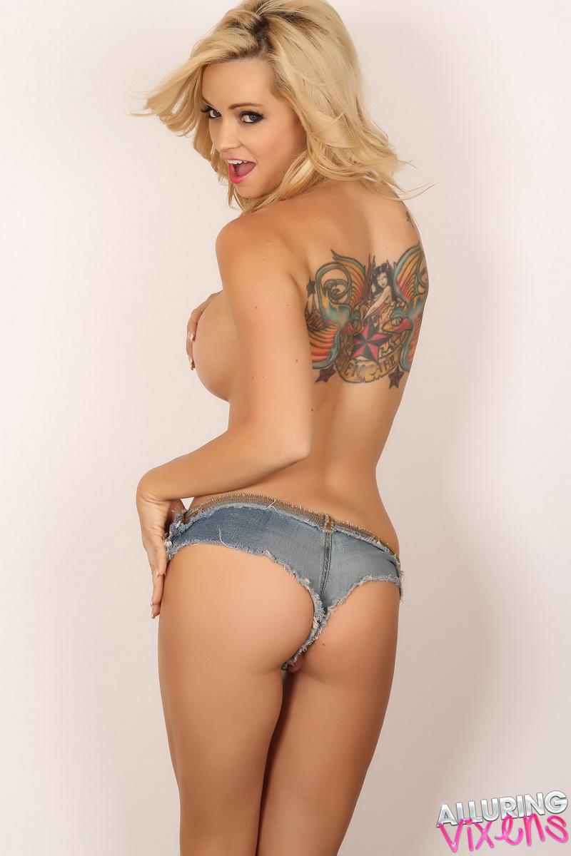 Mindy robinson nude in chicks dig gay guys scandalplanetcom 1