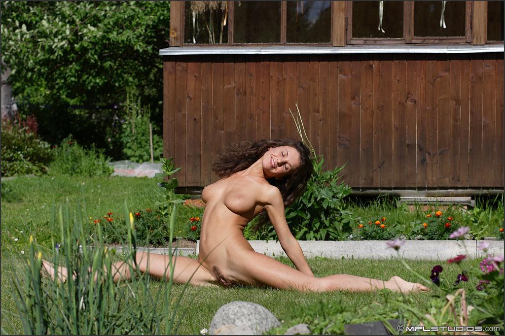 время просмотра, голые девки на даче купаются под душем видео как она громко